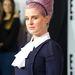A mindig feltűnő Kelly Osbourne elegáns nőnek öltözve. Csak az a szegecses hajráf és a sok fodor ne lenne.