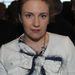 A csajok című sorozat sztárja, Lena Dunham masni zakóval. Ez sem nyerő választás.