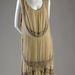 Egy 1926-as Coco Chanel ruha selyemből és bársonyból, strasszos üveggyöngyökkel.
