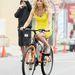 Elizabeth Banks szemmel láthatóan nem élvezi a biciklis sikket. A Walk of shame című film kedvéért azonban kénytelen volt teljesen puccban tekerni.
