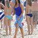 A homokos tengerparton biztosan nem lehet túl kényelmes magas sarkú cipőben lejteni, hiszen majdnem bokáig besüllyed az ember lánya. Sofia Vergara mentségére szól, hogy éppen egy Pepsi reklámot forgatott David Beckham társaságában.