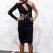 Heidi Klum félujjas, nyakbaakasztós fekete ruhacsodája.