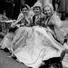 Dorothy Thomas, Noni Binstead és Betty Kirby esőben ünnepelték az akkor 25 éves királynőt.
