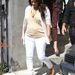 Április 21-én már jobban szeretett napközben laposban topogni Kardashian, mint magassarkúban