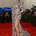 Május 6-án a MEt gálán kanapénak öltözött Kardashian vigyázott a lábára...