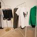 Pillanatkép a férfi részlegről: a fehér póló 6500 Ft-ba kerül, a pulóverért ennél többet kérnek, 16500 Ft az ára.