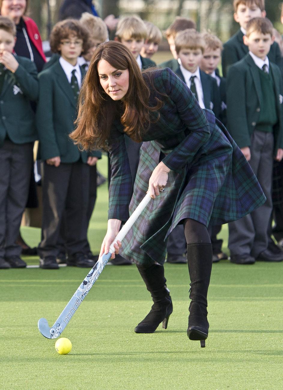 A hercegné 2013 márciusában szintén egy iskolát látogatott meg, ezúttal egy 1.065 fontos, azaz  kábé 370 ezer forintos Erdem (kanadai cég) ruhában, amihez ezúttal kék tűsarkú cipőt vett. Az iskolát egyébként gyújtogatók támadták meg, másnap pedig már utazott is le mosolyogni és lelket önteni Middleton.
