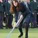 Kate Middleton gyephokit játszik tűsarkúban még 2012 novemberében. A skót kockás Alexander McQueen kabátruha tökéletesen passzolt az iskola egyenruhájához, amit a Szent András iskola kisdiákjai hordanak. A hercegné egyébként maga is űzte ezt a sportot iskolás korában.