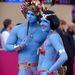 Kékre festett fesztiválozók.