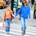 Sarah Jessica Parker laza kék pulóverben és szűk farmeben sétál New Yorkban.