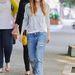 Jessica Biel hétköznapi, szakadt boyfriend jeansben.