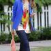 Jessica Alba kék zakója több árnyalatban is trendi az idei szezonban.