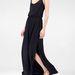 Egy fekete, felsliccelt ruha például 9995 forint a Stradivariusban.