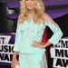 Carrie Underwood  egy pasztellkék Georges Chakra rövidnadrágot és hozzá színben passzoló kabátot talált a legjobb választásnak az eseményre.