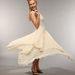 Clare Bowe színésznő prögős,fehér ruhában