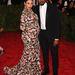 Kim Kardashian a Givenchy segítségével öltözött kanapénak.