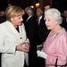 Angela Merkel szettjeit rendszeresen kritizálják. Itt például jobb lett volna, ha nem a kedvenc szettjében jelenik meg, hanem egy kicsit nőiesebb öltözékben.