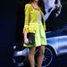 Az élénk színekbe öltözött vendég Patrizia Pepe blézert és szoknyát, valamint Louis Vuitton táskát villant