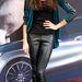 Rebecca Mir modell fényes nadrágban