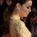 Eva Longoria arany színű ruhájához remekül passzol a visszafogott frizura.