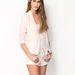 Fehér rövidnadrág és felső púder színű blézerrel: egyszerű, de nagyszerű. (Bershka - 5990 forint)