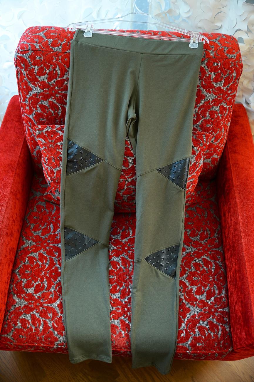 Földszínekkel kombinált, aktuális trendekhez igazodó pizsama pulcsi.