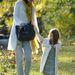 Suri 2009 októberében anyukájával sétál a Boston parkban...