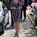 Katalin 2013 márciusában választ egy merész mintás ruhát.