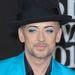 Boy George ügyel a részletekre: kék zakóhoz  kék szemfesték dukál.