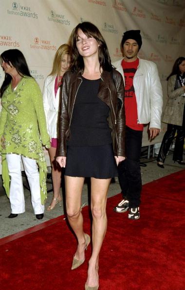 Olivia Palermo kék táskával dobta fel fekete szettjét az idei Cannes-i filmfesztiválon.