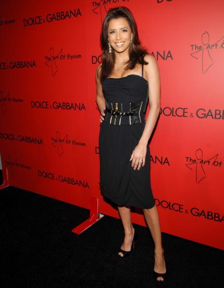 5832654aad Olivia Palermo kék táskával dobta fel fekete szettjét az idei Cannes-i  filmfesztiválon.