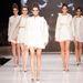 A kollekció steril, a fehér és az ekrü árnyalatok váltakoznak a ruhadarabokon.
