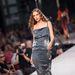 Maya May: az anyag még hagyján, de hogy van szabva a ruha? A ruha egyébként a tervező 2012-es, The Dust című kollekciójának darabja.