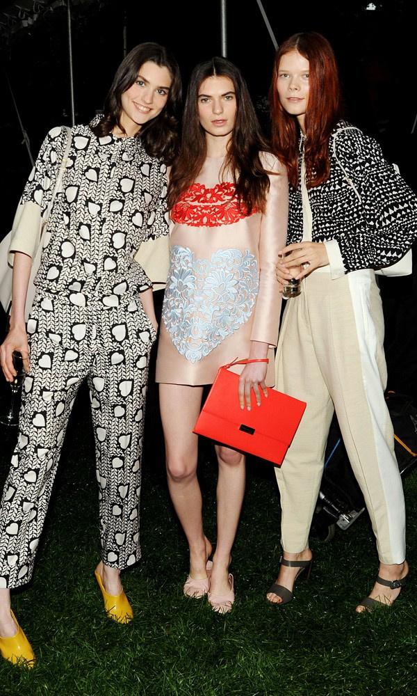 Velúrszoknya, gyöngyös szegélyek, kék színek a Pucci kollekcióban. Igen, úgy tűnik tényleg divatba jön a kék!