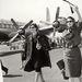 Silvana Mangano olasz színésznő ernyővel ül repülőre 1950-ben