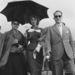 Sophia Loren és testvére, Anna Maria ernyővel sétálnak a velencei Lidón 1950-ben.