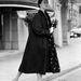 1955: modell pózol a mintás ernyővel. Szuper szett, kár, hogy a tervező nevét nem tudjuk.
