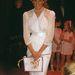 1987, június 24.: Diana egy jótékonysági gálán vesz részt Londonban, Zandra Rhodes ruhában. A csillogó anyag és a válltömés a kor nagy divatja.