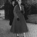 1954. november: a Westminster Abbey-be igyekszik A vonalú, elegáns kabátban. Szerette a Dior New Look-ot.