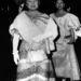Az Anyakirálynő és Margit kanadai körútjukon 1959-ben. A Margiton látható ruhát most kiállították