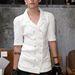 Kristen Stewart általában farmerban és pólóban rohangál, de ha kiöltözik, akkor is fehér felsőrészt választ
