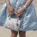 A kis táskadísz árulkodik: ez bizony egy Dior.