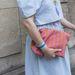 A hölgy egy tokiói boltban vásárolta a rózsaszín kiegészítőt.