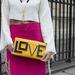 A LOVE feliratú táska Maria Sole kreációja.