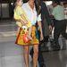 Victoria Beckham napszemüveggel, fehér blúzzal és kislányával vette fel.
