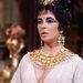 A látványokban nem szűkölködő Kleopátra amellett, hogy kilenc Oscar-díjra jelöltek, melyből négyet is bezsebelt érdekessége, hogy a két főszereplő, Elizabeth Taylor és Richard Burton a film a forgatásán szerettek egymásba.