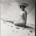 1960-as évek: nő és halászháló című akt, Zoltan Glass fényképésztől. Glass Budapesten született 1903-ban, 31-ben Berlinbe költözött és elkezdett fotózni. A zsidó származású fotós 38-ban Londonba menekült, ahol divatfotósként folytatta karrierjét. Képei a Daily Mirrorban és a Life-ban is megjelentek.