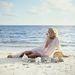 Joanna Lumley brit színésznő egy mauritiusi parton játszik a kagylókkal és csigákkal 1978-ban