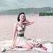 Ann Blyth amerikai színésznő kétrészes strandruházatban 1955-ben.