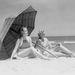 1930: napernyő alatt strandolnak a hölgyek